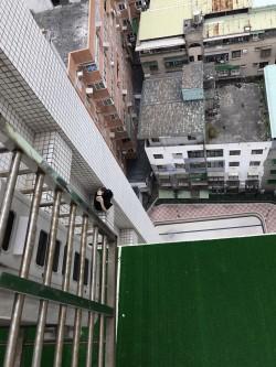 泣坐14樓外牆 女子揚言輕生獲救