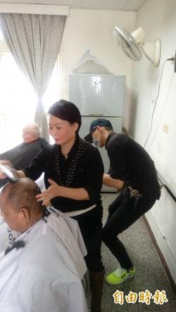 讓長輩清爽過年 台東美髮師前進養護中心義剪