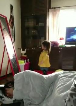 4秒成網紅!小女孩被自己的哈啾嚇到跌倒...