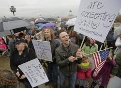 一夫多妻擬列重罪 美猶他州逾百人冒雨抗議