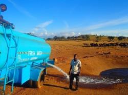 這個非洲男超有愛! 租水車每天供水給野生動物