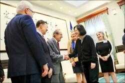 接見美前防長裴利 總統:盼台美往繁榮穩定發展