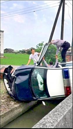 警車追賊 90度側翻卡水溝