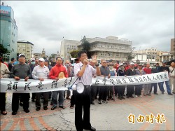 不滿風機設湖西 鄉長帶百餘村民抗議