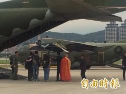 軍機護送 列隊致敬》最後一次飛翔    導演齊柏林回家了! - 自由娛樂