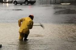 豪大雨積水深 里長冒雨清水溝讓網友按讚