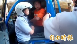 百公斤通緝男揮舞電擊棒拒捕 霸氣警拖下車逮人