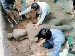 吳哥窟挖出12世紀巨大雕像