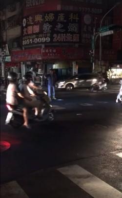 紅綠燈「失明」他們挺身而出 網友:心好暖