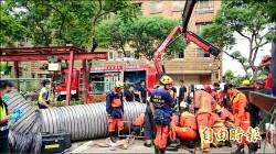 受困7公尺深坑道 消防抽水破牆救命