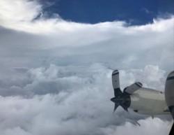 飛進史上第2大颶風「艾瑪」 直擊恐怖颱風眼中的寧靜