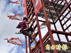 獨家》上刀山也不怕 博士、學童有志一同爬36層刀梯