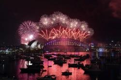 澳洲跨年煙火 彩虹瀑布迎接同婚新時代