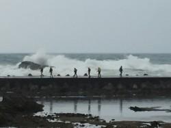 漁船進港遭浪打翻觸礁 9人獲救、1外籍船員失蹤