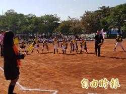 新進國小校友李幸南表達感恩 贈棒球紅土練習場及圖書館