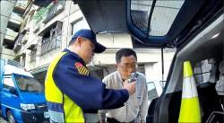 警攔查遊覽車司機酒駕 乘客從抱怨掃興變感恩