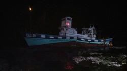 衛星導航失準?高雄漁船開到鵝鑾鼻竟擱淺斷裂