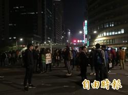 反勞基法修法遊行解散 陳抗民眾霸住政院前路口不走