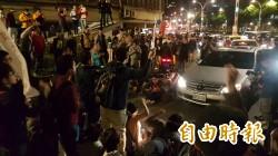 勞團宣佈解散後 部分民眾失控攔車封路