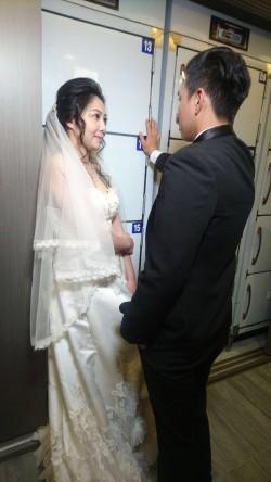 無違和!在太平間甜蜜拍婚紗 禮儀師新人愛不怕