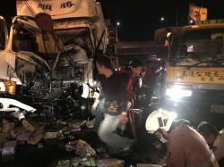 國道三號新竹段車禍 貨車駕駛受困被救出