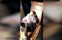 菸齡已2年!4歲童翹腳抽菸、嚼檳榔 網友驚呆了...