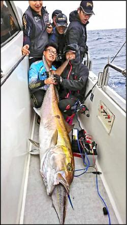 大魚吞小魚 意外釣起巨無霸紅甘