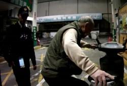 失智翁牽他人機車要加油 險些被誤認是小偷
