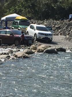 單日百輛車硬闖芃芃溫泉   野溪溫泉祕境面臨空前威脅
