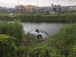 婦人練車卻往河裡衝 車主嚇傻急報案