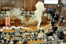 催淚瓦斯襲國會 科索沃7議員被逮