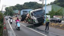 大貨車撞灑塑膠粒貨物 桃園龜山萬壽路交通打結疏散中