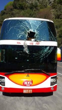 阿里山公路落石 中客團遊覽車玻璃被砸破