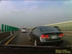 扯!黑色Honda「螃蟹」車 3秒從外線跨4車道到內線