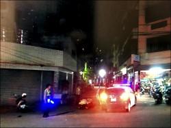 警追闖紅燈 擦撞另輛機車