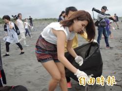 椿原世梨奈到海漂相機尋回地 與學生淨灘趴浪