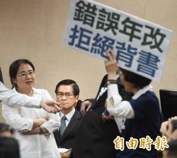 民進黨團守護主席台 軍改審查開始宣讀條文