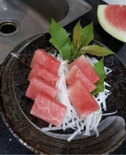 沒錢還吃黑鮪魚生魚片? 仔細一看是西瓜冒充...