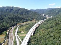 沿溪谷搭建4公里高架 「南迴巨龍」蜿蜒山區