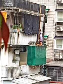 93歲阿嬤蜘蛛人 4樓頂抓水管垂降