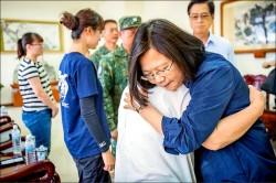 飛官母抱總統痛哭:我兒子是最棒的!