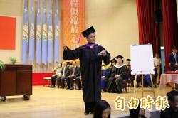 豫劇皇后王海玲取得表演碩士 畢典樂唱「唐伯虎點秋香」