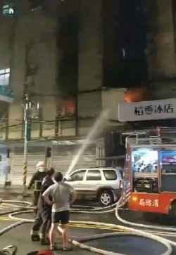 板橋陽明街公寓傳火警 警消灌救中