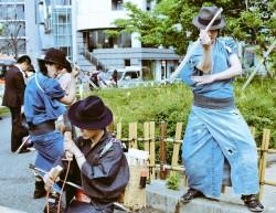 東京街頭造成話題的帥氣武士 仔細一看竟然在...撿垃圾?