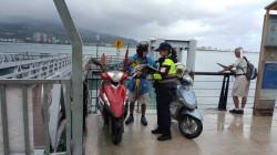強颱瑪莉亞來襲 淡水警勸離釣客及觀浪群眾