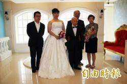 再幸福一次!101歲阿公拍婚紗照 孫女代替阿嬤入鏡