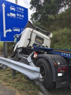 聯結車國道翻車卡水溝   滿載5千公升丙酮、警消警戒