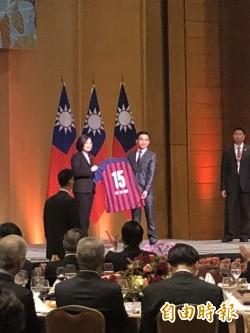 台灣足球員隻身闖巴拉圭 蔡總統:鼓勵兩國球員交流