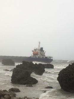 高雄外海擱淺5艘船隻 今日上午仍因海象不佳無法拖救