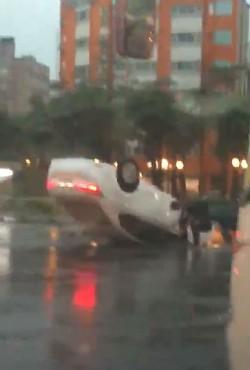 台中小客車自撞安全島翻覆 2人輕傷受醫